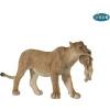 Papo - Nőstény oroszlán kölykével a szájában figura
