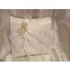 Fehér, hímzett brokát gyűrűpárna ezüst pillangóval