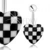 Acél köldökpiercing, kidomborodó akril szív, sakkminta