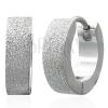 Fényes szemcsés fülbevaló sebészeti acélból, ezüst szín