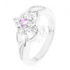 Csillogó gyűrű ezüst színben, osztott szárak, lila és átlátszó cirkóniák