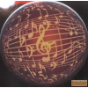 Hűtőmágnes, violonkulcsos, hangjegyes mintával, barnás alappal