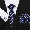 Kék csíkos selyemnyakkendő mandzsettagombbal és díszzsebkendővel