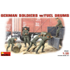 MiniArt GERMAN SOLDIERS w/FUEL DRUMS figura makett Miniart 35041