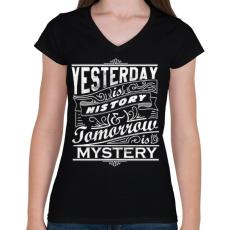 PRINTFASHION A tegnap történelem, a holnap rejtély - Női V-nyakú póló - Fekete